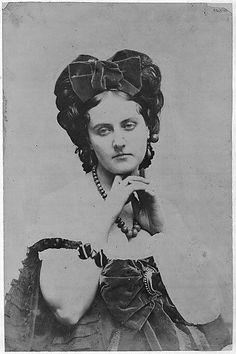 [La Comtesse décolletée; Roses mousseuses], Pierre-Louis Pierson, c. 1861-67