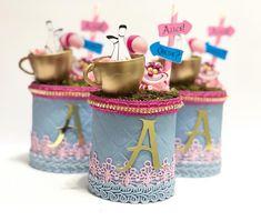 Uma Alice delicada com um toque de pink, assim foi! 💞 ✨Cilindro de Batata ✨ @atelierdamamaefesteira . . 📲Orçamento pelo WhatsApp… Mad Hatter Party, Alice In Wonderland Theme, First Birthdays, Frozen, Barbie, Walt Disney, Baby Shower, Toque, Kids