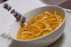 Comfort food: una ricetta vegetariana e gustosa per una grigia giornata di primavera. Prova la minestra di spaghetti, fagioli e lavanda.