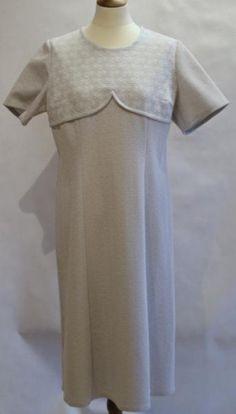 Krimpelin kjole i morsomt snitt Stretch br 84 liv 92 hofter 100