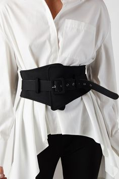Oversized white button up blouse paired with a black corset belt . Simplistic and edgy. Look Fashion, Diy Fashion, Korean Fashion, Ideias Fashion, Winter Fashion, Fashion Outfits, Womens Fashion, Fashion Belts, Gothic Fashion