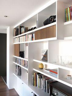Bibliothèque sur-mesure avec mix d'étagères ouvertes pour les livres et d'étagères fermées pour le bazar by Hercio Dias