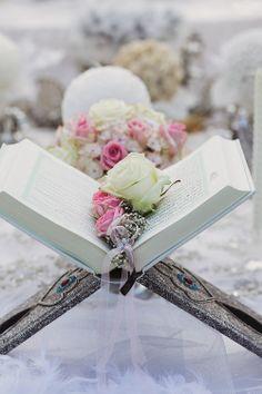 Wunderschön dekoriertes Buch mit Versen zur Hochzeit   Foto: Charmewedd