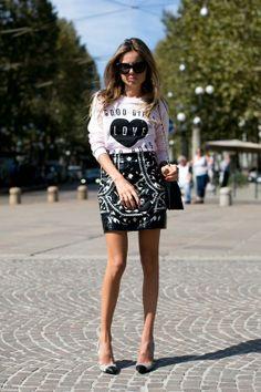 """Sudadera estampada """"light pink"""" conjuntada con minifalda negra con cierto arie barroco. Street style en Milán, invierno 2013."""
