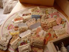 De temps en temps, ça me prend, je fais des cartonnettes pour ranger mes dentelles, mes croquets, mes galons anciens... (gabarit et explications chez Sarah) From time to time, I make cartonnettes to put my antique lace and pieces of braid... (template...