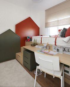 Mais uma ideia incrível com marcenaria neste quarto infantil, projeto do escritório Mandril Arquitetura (@mandrilarquitetura). A base da cama acomoda uma escrivaninha e, na escada, uma porção de gavetas para guardar objetos! Veja mais detalhes do apartamento completo no site, na matéria de Paula Jacob (@pjaycob). Basta clicar no link da bio! #casavogue #decoração #quartodemenina #quartoinfantil