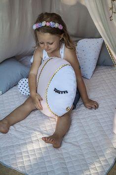 PODUSZKA GOLD FISH, idealna do przytulania, zabawy i odpoczynku. Poduszki idealnie pasują do pokoju dziecka i stanowią modny element dekoracyjny. Uprzyjemnią dzienny wypoczynek jak i dłuższą...