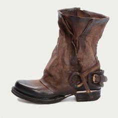 Normale Stiefel, Gamaschen aus Wollwalk (evtl. mit Spitze) und eine Gürtelschnalle als Dekoration.