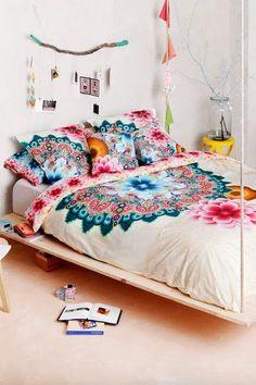 Essa colcha tem motivos de mandalas e ficou super legal com a decor simples e leve do quarto.