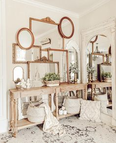 Wall decoration is decisive in a room, it displays taste, personality and refines the decorative style of the place. Mirror Gallery Wall, Wall Of Mirrors, Dining Room Mirror Wall, Vintage Mirrors, Farmhouse Decor, Living Room Decor, Diy Home Decor, Sweet Home, Wall Decor