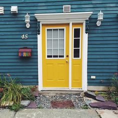 Still reminiscing on my time spent in Newfoundland and the colourful jellybean row houses. This quaint one caught my eye, with its sunny door, ocean blue facade and painted mailbox. ☀️