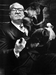 Un nationalisme qui a du chien ! Photographie de Jean-Marie Le Pen par Helmut Newton, dans sa résidence de Saint-Cloud en 1997, pour le magazine The New Yorker : https://itsgoodtobeback.com/2012/03/helmut-newton-raconte-par-ses-victimes/