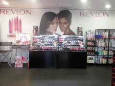 Cantoni for temporary store Revlon in Termini Station Rome. Make up station with lights and director aluminium chair. #makeupstations #temporarystore #revlon http://www.alfemminile.com/make-up-cosmetici/revlon-apre-temporary-store-alla-stazione-roma-termini-s1014274.html
