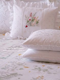 La maison du bonheur: Роскошь, достойная королей. Продолжение. Cushion Embroidery, Embroidery Flowers Pattern, Diy Embroidery, Bed Cover Design, Shabby Chic Theme, Learning To Embroider, Ornaments Design, Linens And Lace, Home Textile