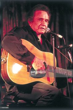 Johnny Cash Performs at the Fez Cafe in New York City : Nieuwsfoto's Country Singers, Country Music, John Cash, Musica Country, Johnny And June, Carter Family, Country Boys, The Man, Black Men