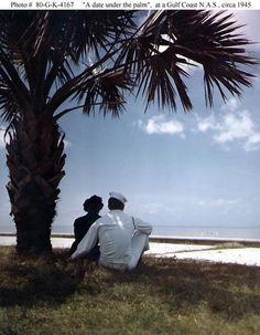 [Photo] A US Navy sailor and a WAVES member gazing out over the beach at a Gulf of Mexico coast Naval Air Station, United States, circa 1945 Go Navy, Navy Sailor, Military Love, Vintage Romance, Military History, World History, Vintage Photographs, World War Two, American History