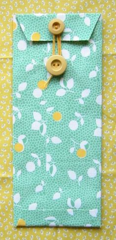 Fabric envelopes out of scraps--great way to use up those favorite fabric scraps I just can't bring myself to throw away! Sewing Hacks, Sewing Crafts, Sewing Projects, Craft Projects, Diy Crafts, Fabric Envelope, Diy Envelope, Envelope Tutorial, Diy Paper