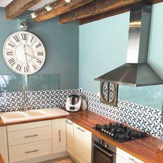 Une cuisine colorée grâce à notre crédence VALMY bleu Archi Design, Küchen Design, Interior Design, Green Kitchen, Kitchen Decor, Credence Adhesive, My Room, Modern Decor, Kitchen Remodel