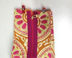 Faça as dobras e prenda Convenience Store, Sewing, Bandanas, Ideas Para, Fabric Strip Banner, Baby Art Crafts, Making Purses, Diy Bags, Sew Tote Bags