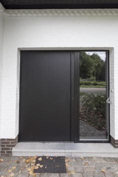Black aluminium doors with glass Modern Entrance Door, Modern Front Door, Entrance Doors, The Doors, Door Design, Exterior Design, Detail Architecture, Exterior Front Doors, Modern Windows