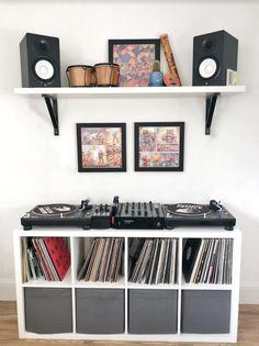 Music Room Decor Ideas - shelves for your home Home Music Rooms, Home Studio Music, Piano Studio Room, Music Room Organization, Room Ideas Bedroom, Men Bedroom, Vinyl Room, Music Decor, Aesthetic Room Decor