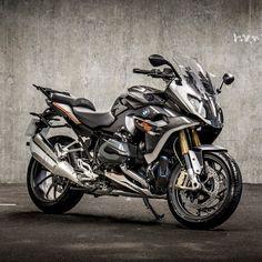 BMW R 1200 RS Iconic Moto Ninja, Ninja Bike, Bike Bmw, Cool Motorcycles, R1200r, Bmw Boxer, Super Bikes, Sweet Life, Cool Bikes