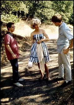 "Charles Martin Smith, Candy Clark on Ron Howard in Lucas' 1973 classic car film,""American Graffiti"" Teen Movies, Old Movies, Vintage Movies, Alter Ego, Cindy Williams, Graffiti Images, 1960s Fashion, Film Fashion, Sporty Fashion"