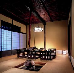 At The Ritz-Carlton, Tokyo, the Kokushoan tea room at Hinokizaka was originally built in Gifu prefecture 200 years ago. Constructed using traditional techniques that did not require nails, the room was carefully disassembled, moved, and faithfully restored inside the hotel.