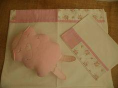Jogo de Lençol para berço tipo americano contendo 2 peças em tecido 100% algodão, composto por:  Lençol de cobrir com barrado tamanho 1,10 x 1,60m  Fronha tamanho 0,30 x 0,40m  NANINHA VENDIDO SEPARADO - $ 20,00 R$ 72,00