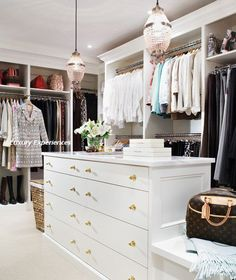 Chic walk-in closet design with crystal pendants over white closet island with brass hardware. Fabulous walk-in closet with white built in cabinets and shelves for shoes. Walking Closet, Dressing Room Closet, Dressing Rooms, Dressing Table, Closet Island, Closet Vanity, Closet Dresser, Dresser Bench, Large Dresser