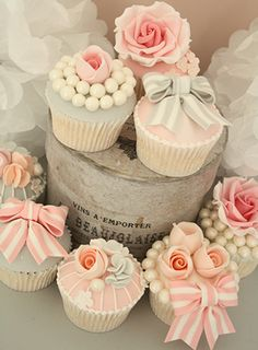 Love these vintage inspired cupcakes by Cotton Crumbs!