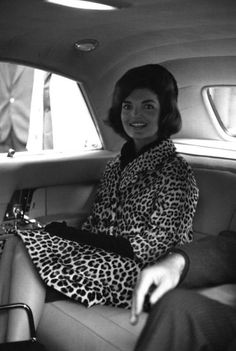 Nadire Atas on Iconic Jackie Kennedy Fashion Pictures Jacqueline Kennedy in her gorgeous leopard coat. I hate that leopard print has such a sleazy, Vegas vibe much of the time, because used judiciously it's beautiful and totally classic. Jacqueline Kennedy Onassis, Les Kennedy, Jaqueline Kennedy, John Kennedy, Jackie O's, Kennedy Wife, Jackie Kennedy Style, Brigitte Bardot, Der Leopard