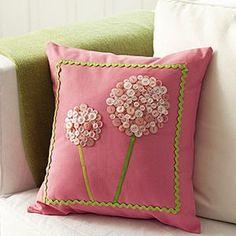 En los sillones, camas y sofás usamos almohadones y puede que los mismos luzcan vacíos y aburridos, por ende si contamos con algo de tiem...