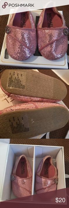 MICHAEL KORS BABY GRACE GLITTER PINK SIZE 4 ••ONLY WORN A FEW TIMES•• ••COME IN ORIGINAL BOX•• MICHAEL KORS BABY GRACE GLITTER PINK SIZE 4 Michael Kors Shoes Baby & Walker