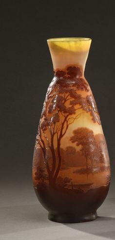 """Gallé - Vase de forme conique à col ouvert en verre gravé à l'acide à décor de[...], mis en vente lors de la vente """"XXème Siècle"""" à Conan Hôtel d'Ainay   Auction.fr"""