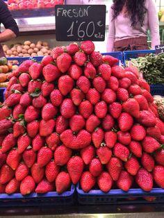 Esta es una montaña de fresas. Es una de mis cosas favoritas. Me encanta las fresas, y esta montaña es una representación perfecta de eso. Toda la fruta aquí es muy fresca, y la mayoría es muy local también.