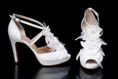 ÁNGEL ALARCÓN. Zapatos de novia con plumas y flores, tipo sandalia. Tacón 10cm, plataforma delantera 2cm