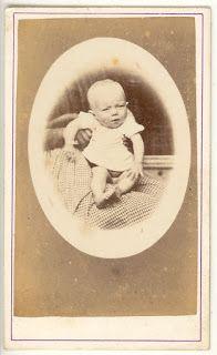 Boutique-Photos:  CDV Portrait médaillon Enfant. Bébé sur les genou...