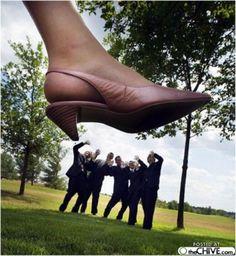 """Grappige trouwfoto. """"Onder de voet"""", de variatie op """"onder de duim""""..."""