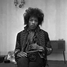 Jimi Hendrix http://www.vogue.fr/culture/a-ecouter/diaporama/la-playlist-de-georgia-may-jagger/14473/image/805465#!jimi-hendrix