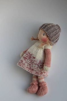 Este artículo no está disponible This custom item is for Liobellchen (Annick) only. Please do not purchase this item if you are not Liobellchen (Annick). This listing is for two custom made little 8 - 10 inch cm) knitted Waldorf inspir Knitted Doll Patterns, Knitted Dolls, Doll Clothes Patterns, Crochet Dolls, Knitting Patterns, Laine Drops, Little Cotton Rabbits, Little Doll, Waldorf Dolls