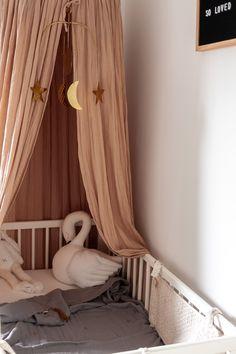 Nursury with warm colours and bohemian details Kijkje in de babykamer met Bohemian details Baby Bedroom, Baby Room Decor, Baby Rooms, Nursery Decor, Warm Colors, Colours, Bohemian Baby Nurseries, Baby Room Neutral, Teen Girl Bedrooms