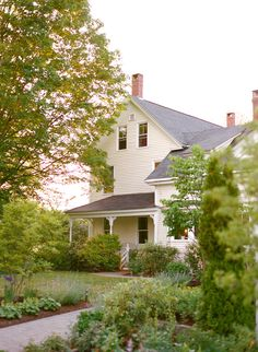 A house in the country farmhouse exterior Country Farmhouse, Modern Farmhouse, Country Life, Victorian Farmhouse, Country Living, Folk Victorian, Farmhouse Decor, Old Farm Houses, Old Country Houses