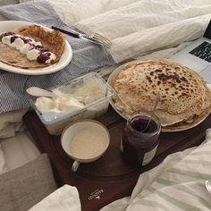 Søndag er på sit allerhøjeste når man forsøger at lave Rasmus klump pandekagetårn og spiser det i sengen med @heste_jente