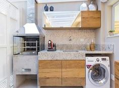 A área externa com churrasqueira e lavanderia é uma ótima solução para quem possui espaço suficiente em casa para unir a necessidade com o lazer.