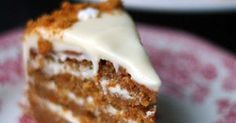 Porkkanakakku sopii mainiosti jouluun, varsinkin jos taikinaan lisää enemmän joulumausteita ja päälle piparinmuruja. Nelikerroksisessa kakussa on reilusti tuorejuustotäytettä!