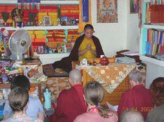 Met Chamtrul Rinpoche in zijn kamertje op het dak van het kleine Zilnon Kagyu Ling Nyingma Monastry in Mc Leod Ganj, Nrd India. Wat een diepzinnig onderricht van deze bijzondere leraar en wat was het soms heet binnen!  Chamtrul R. is getraind door vele hoge meesters van uiteenlopende Boeddhistische tradities. Zijn Root Guru was de uitzonderlijke Z.H.Jigme Phuntsok Rinpoche van de Nyingmapa School.