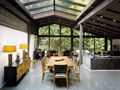 Designed by architect Cliff May as his personal residence, the Experimental Ranch House is located in the Sullivan Canyon area of Los Angeles. Completed in the house is a unique example of the evolution of Ranch House design. Loft Interior, Interior Exterior, Living Room Interior, Interior Architecture, Interior Photo, Pavilion Architecture, Drawing Architecture, Garden Architecture, Chinese Architecture