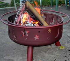 These outdoor fire pit ideas can help you create a backyard or patio you will enjoy. Many of these fire pit designs can be built at home or are available on the market for sale. Metal Fire Pit, Diy Fire Pit, Fire Pit Backyard, Fire Pit Grill, Fire Pit Area, Foyers, Wheel Fire Pit, Backyard Creations, How To Build A Fire Pit