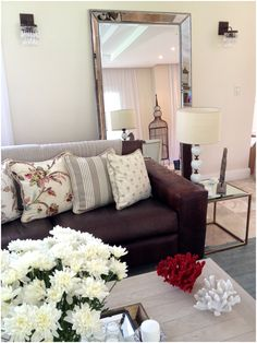 Living, sillón, espejo, objetos deco, velador, almohadones